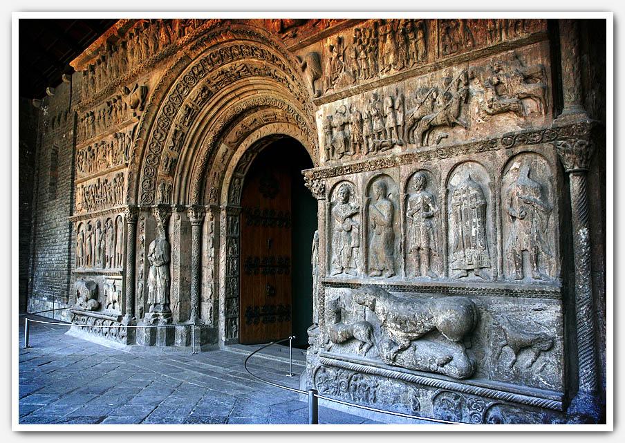 Portada del Monasterio de Santa María de Ripoll. Vista lateral, Enfoque, de R...
